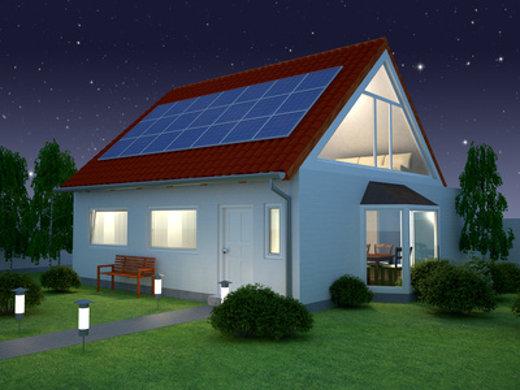 Haus mit Solaranlage erleuchtet © pixelwolf, fotolia.com